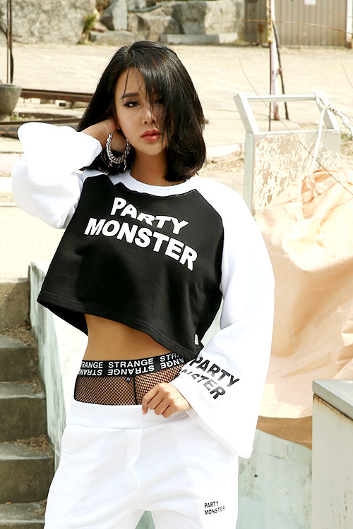 블랙피치(sample sale) PARTY MONSTER Raglan Cropped Tee