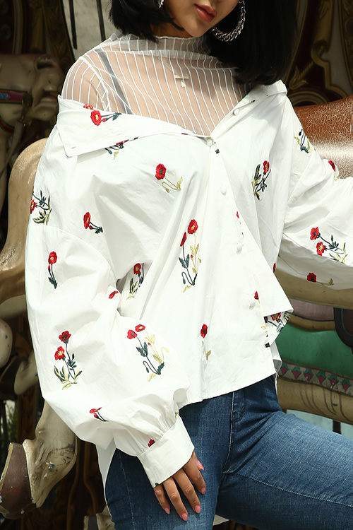 블랙피치(SALE) Floral Embroidered Puff Sleeve Blouse